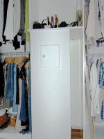 Waescheschacht-in-begehbarem-Kleiderschrank